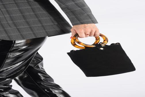 Handtaschen Petite mendigote Sac anneau Ariel cow split schwarz ansicht von unten / tasche getragen
