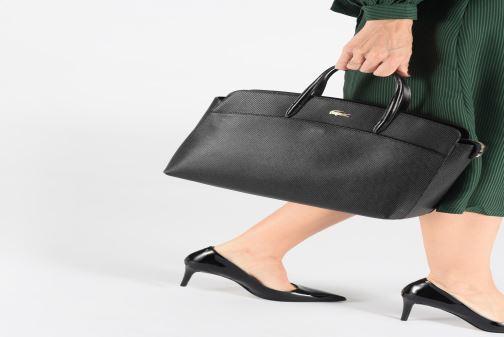 Sacs à main Lacoste CHANTACO CUIR POCKETS SHOPPING BAG Noir vue bas / vue portée sac