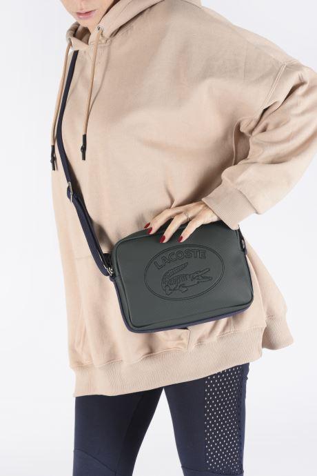 Sacs à main Lacoste WOMEN S CLASSIC SQUARE CROSSOVER BAG Vert vue bas / vue portée sac