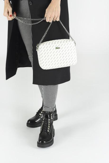 Handtaschen Lacoste REL!VE CROSSOVER weiß ansicht von unten / tasche getragen