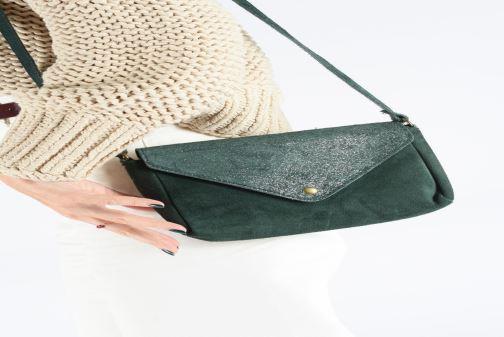 Handtaschen Georgia Rose Maya Leather braun ansicht von unten / tasche getragen