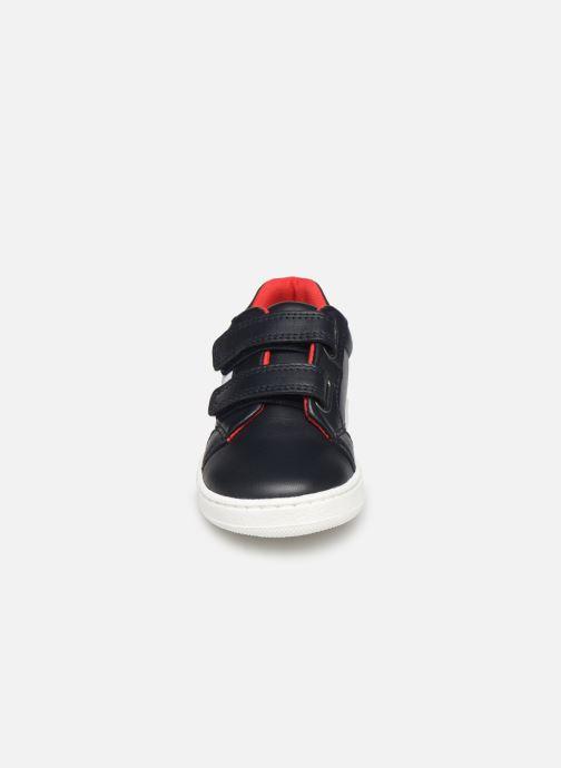 Sneakers BOSS Baskets J09119 Azzurro modello indossato