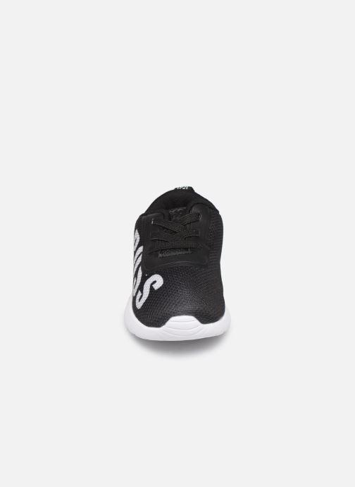 Sneakers BOSS Sneakers J09F06 Nero modello indossato