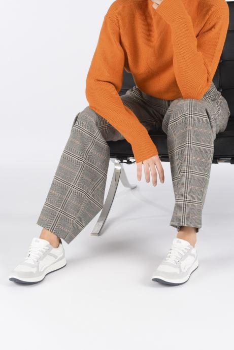 Sneaker TBS Timings weiß ansicht von unten / tasche getragen