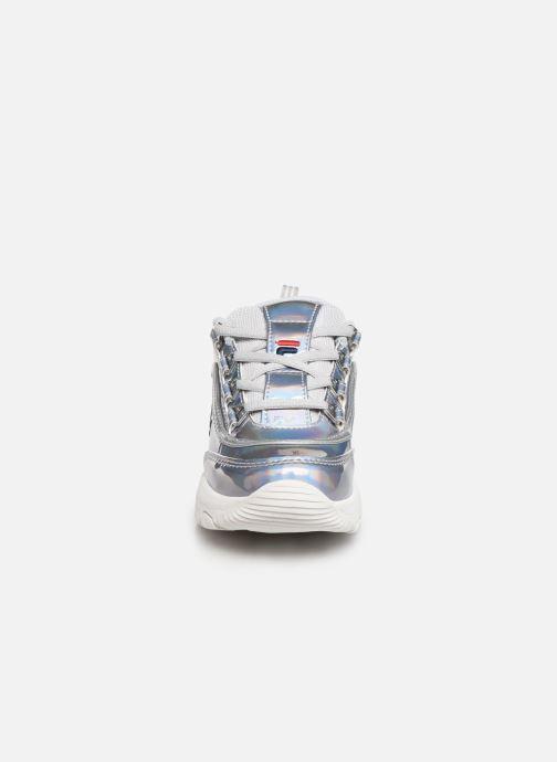 Baskets FILA Strada Low Kids Argent vue portées chaussures