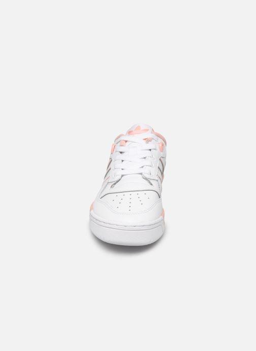 Sneakers adidas originals Rivalry Low J Bianco modello indossato