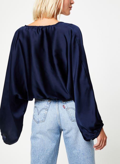 Vêtements Free People MIDNIGHT VIBES BLOUSE Bleu vue portées chaussures