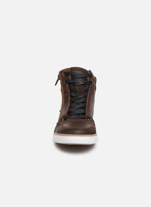 Baskets Bullboxer AGM531E6L Marron vue portées chaussures