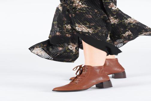 Bottines et boots Chie Mihara OR Omast Marron vue bas / vue portée sac