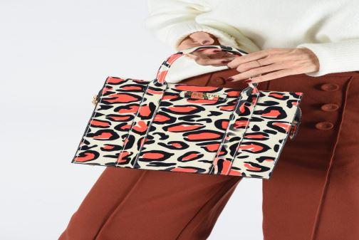 Handtaschen Essentiel Antwerp Twombley small shoulderbag mehrfarbig ansicht von unten / tasche getragen
