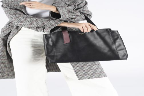Handbags Louvreuse MONA Black view from underneath / model view