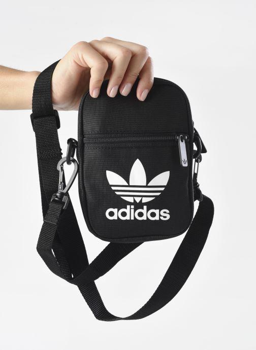Sacs homme adidas originals FEST BAG TREF Noir vue bas / vue portée sac