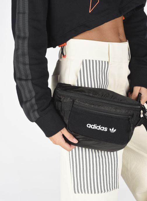 Handtaschen adidas originals PE WAISTBAG L schwarz ansicht von unten / tasche getragen