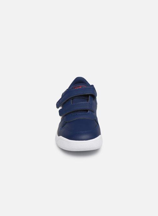 Sneakers adidas performance Tensaur C Azzurro modello indossato