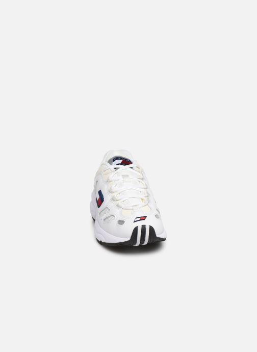 Baskets Tommy Hilfiger WMNS TOMMY JEANS RETRO SNEAKER Blanc vue portées chaussures