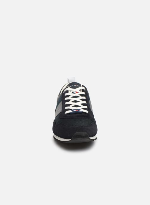 Baskets Tommy Hilfiger ICONIC MATERIAL MIX RUNNER Bleu vue portées chaussures