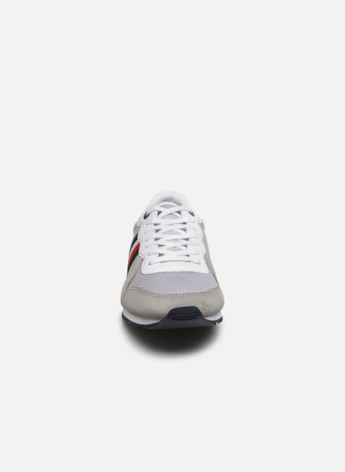 Baskets Tommy Hilfiger ICONIC MATERIAL MIX RUNNER Gris vue portées chaussures
