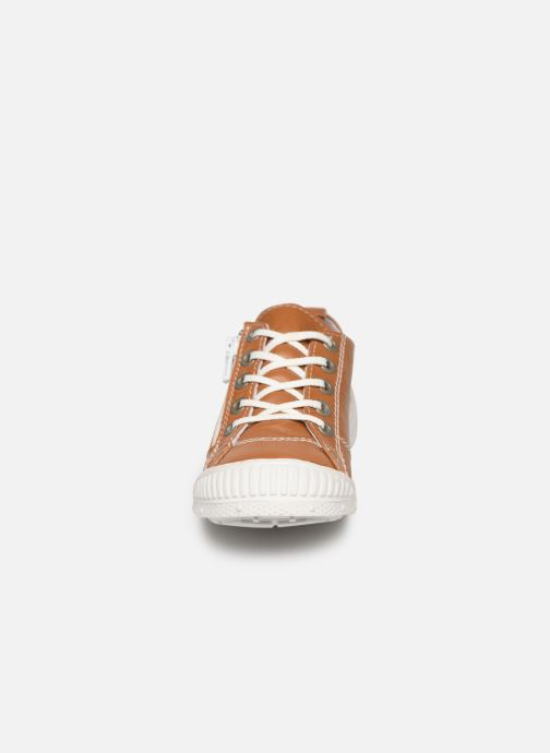 Sneakers Pataugas Rocky/N J2C Marrone modello indossato