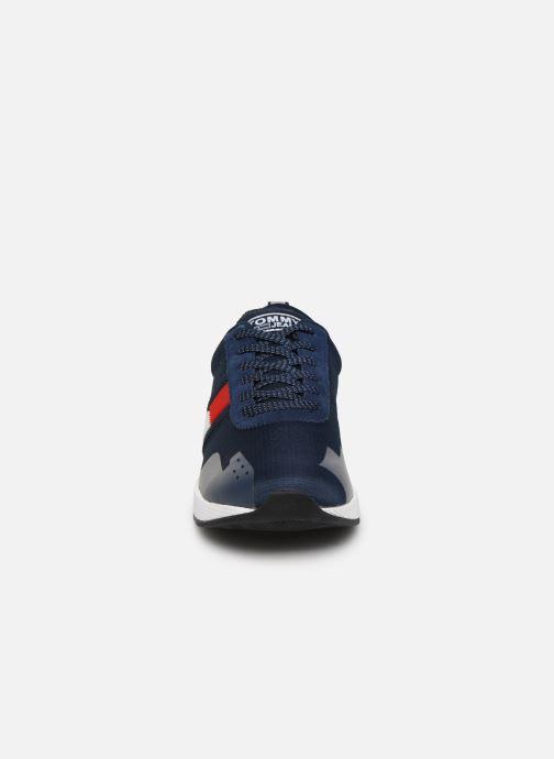 Baskets Tommy Hilfiger FLAG FLEXI TOMMY JEANS SNEAKER Bleu vue portées chaussures