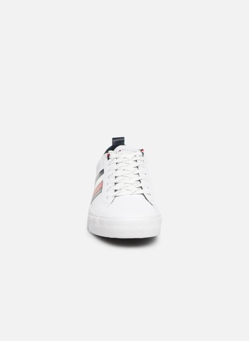 Baskets Tommy Hilfiger FLAG DETAIL LEATHER SNEAKER AH19 Blanc vue portées chaussures