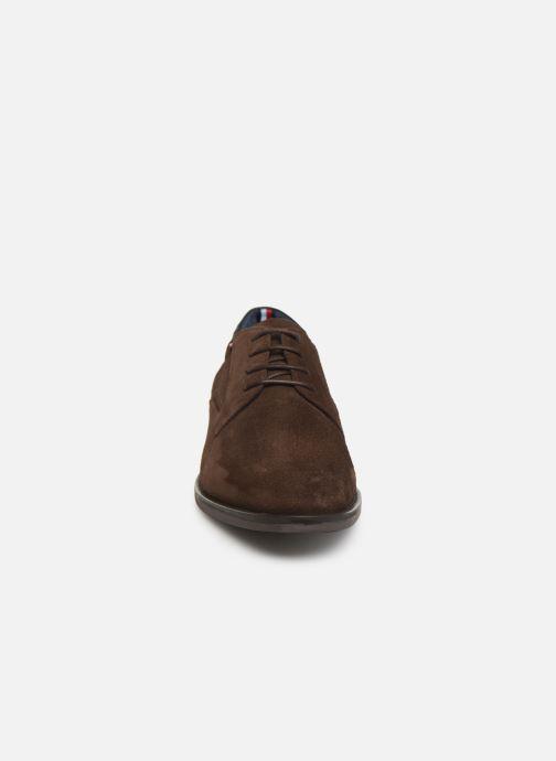 Chaussures à lacets Tommy Hilfiger SIGNATURE HILFIGER SUEDE SHOE Marron vue portées chaussures