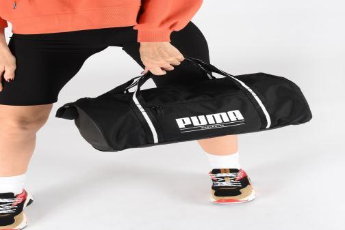 Sporttaschen Puma WMN CB BARREL BAG schwarz ansicht von unten / tasche getragen