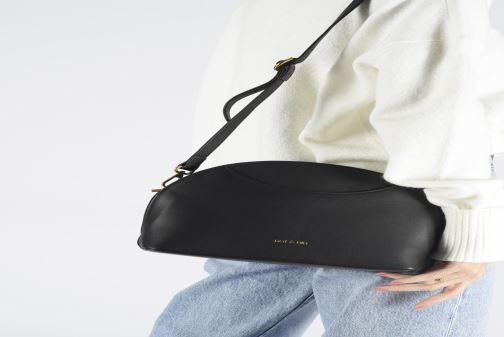 Handtaschen Nat & Nin Appoline schwarz ansicht von unten / tasche getragen