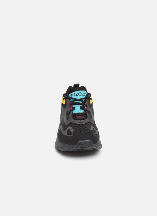 Sneakers Nike Air Max 200 Nero modello indossato