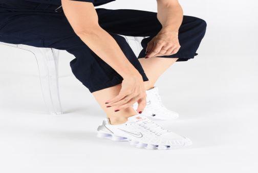 Sneaker Nike W Nike Shox Tl schwarz ansicht von unten / tasche getragen