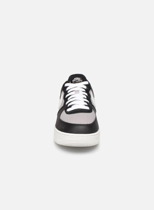 Baskets Nike Air Force 1 '07 1 Gris vue portées chaussures