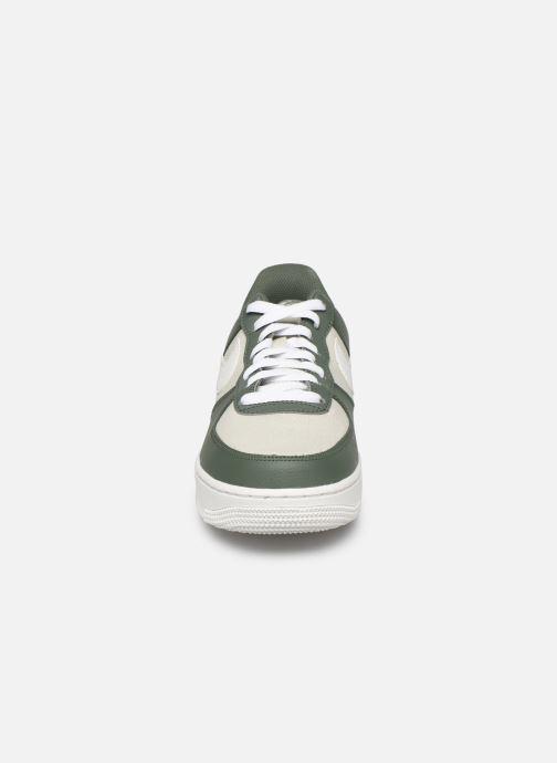 Baskets Nike Air Force 1 '07 1 Vert vue portées chaussures