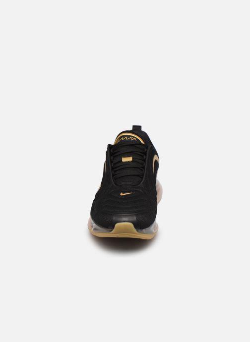 Sneakers Nike Air Max 720 Nero modello indossato