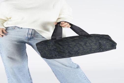 Sporttaschen Bensimon NYLON LEOPARD COLOR BAG blau ansicht von unten / tasche getragen