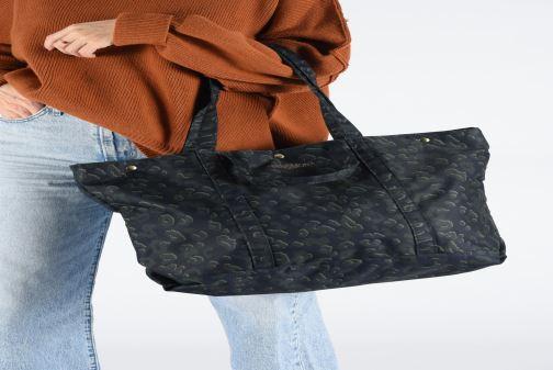 Handtaschen Bensimon NYLON LEOPARD TOTE blau ansicht von unten / tasche getragen