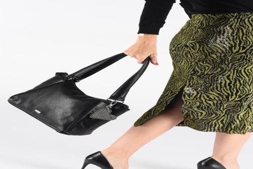 Handtaschen Tamaris NELLI Shoulder bag schwarz ansicht von unten / tasche getragen