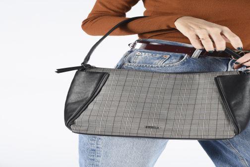 Handtaschen Tamaris NELLI Hobo bag weinrot ansicht von unten / tasche getragen