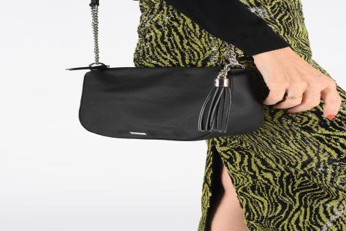 Handtaschen Tamaris GWENY Crossbody bag schwarz ansicht von unten / tasche getragen