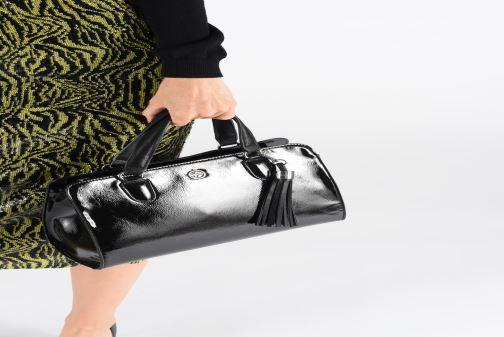 Handtaschen Tamaris MAGDA Handbag schwarz ansicht von unten / tasche getragen