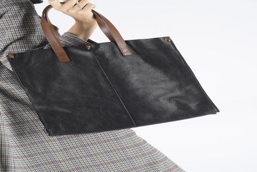 Handtaschen Georgia Rose Nadilo Leather braun ansicht von unten / tasche getragen
