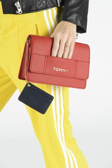 Sacs à main Tommy Hilfiger ITEM STATEMENT CROSSOVER Rouge vue bas / vue portée sac