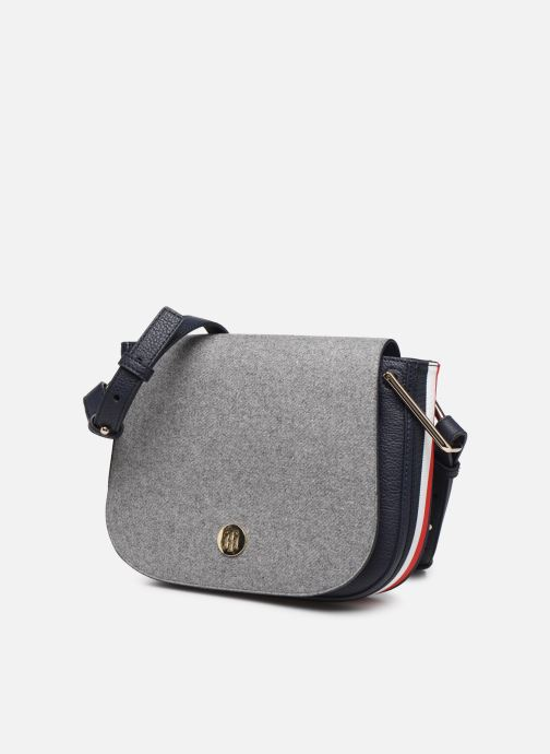 Bolsos de mano Tommy Hilfiger TH CORE SADDLE BAG MELTON Gris vista del modelo