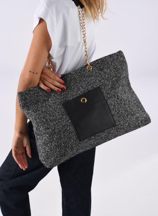 Handtaschen Sabrina MEREDITH schwarz ansicht von unten / tasche getragen
