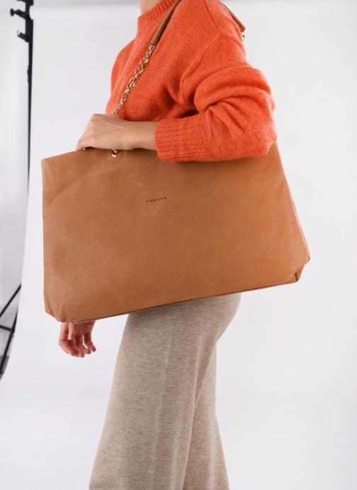 Handtaschen Sabrina MEREDITH braun ansicht von unten / tasche getragen