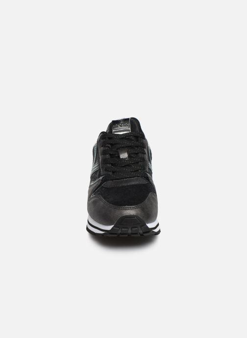 Sneakers Victoria Cometa Metalizado Nero modello indossato