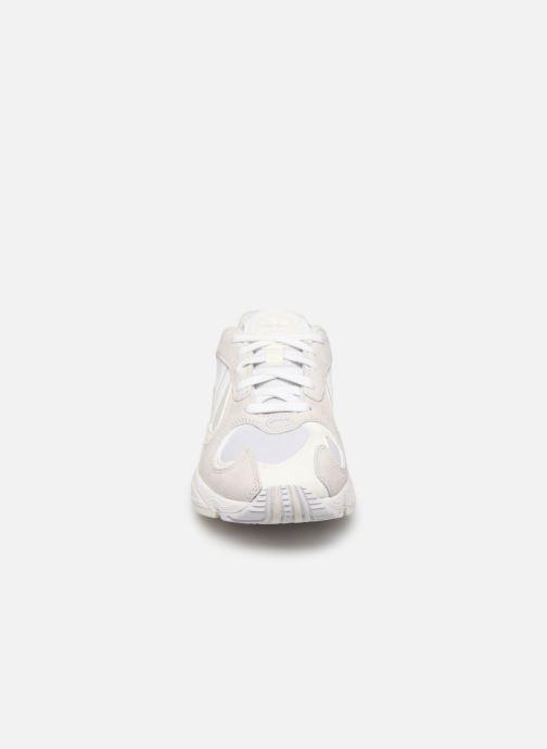 Baskets adidas originals Yung-1 W Blanc vue portées chaussures