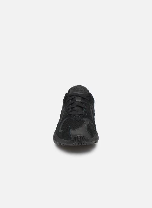 Baskets adidas originals Yung-1 W Noir vue portées chaussures