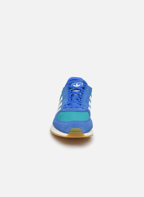 Sneakers adidas originals Marathon Tech Azzurro modello indossato