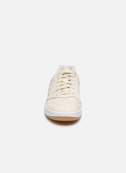 Sneakers adidas originals A.R. Trainer M Bianco modello indossato
