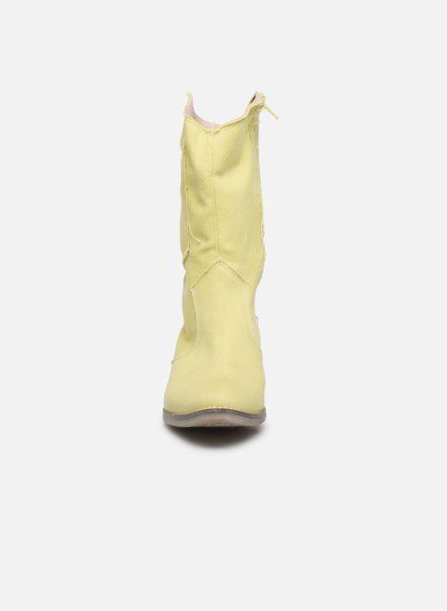 Botas Humat Dakota Tacha Amarillo vista del modelo