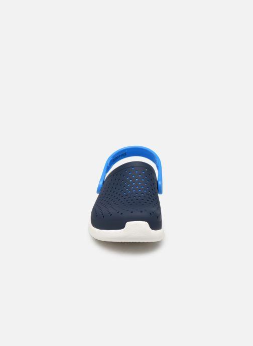 Sandali e scarpe aperte Crocs LiteRide Clog K Azzurro modello indossato